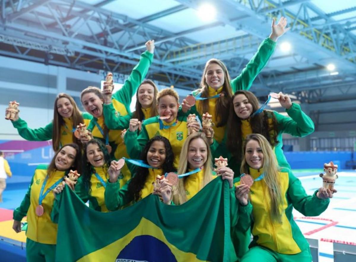 Equipe feminina de polo aquático comemora o bronze nos Jogos Pan-Americanos de Lima (Foto: Alexandre Castello Branco/ COB?)