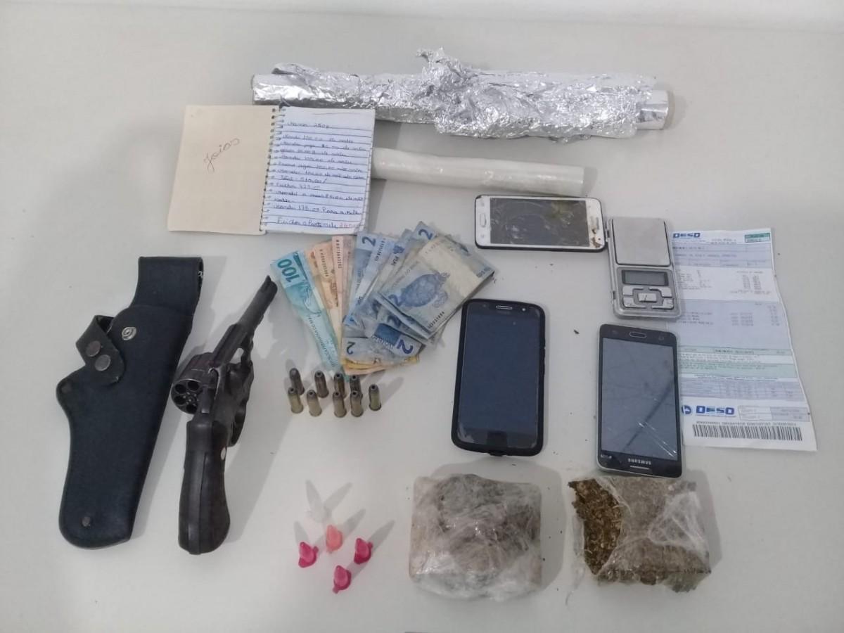 Denúncias levam Denarc a prender traficante e apreender arma e droga (Foto: SSP/SE)