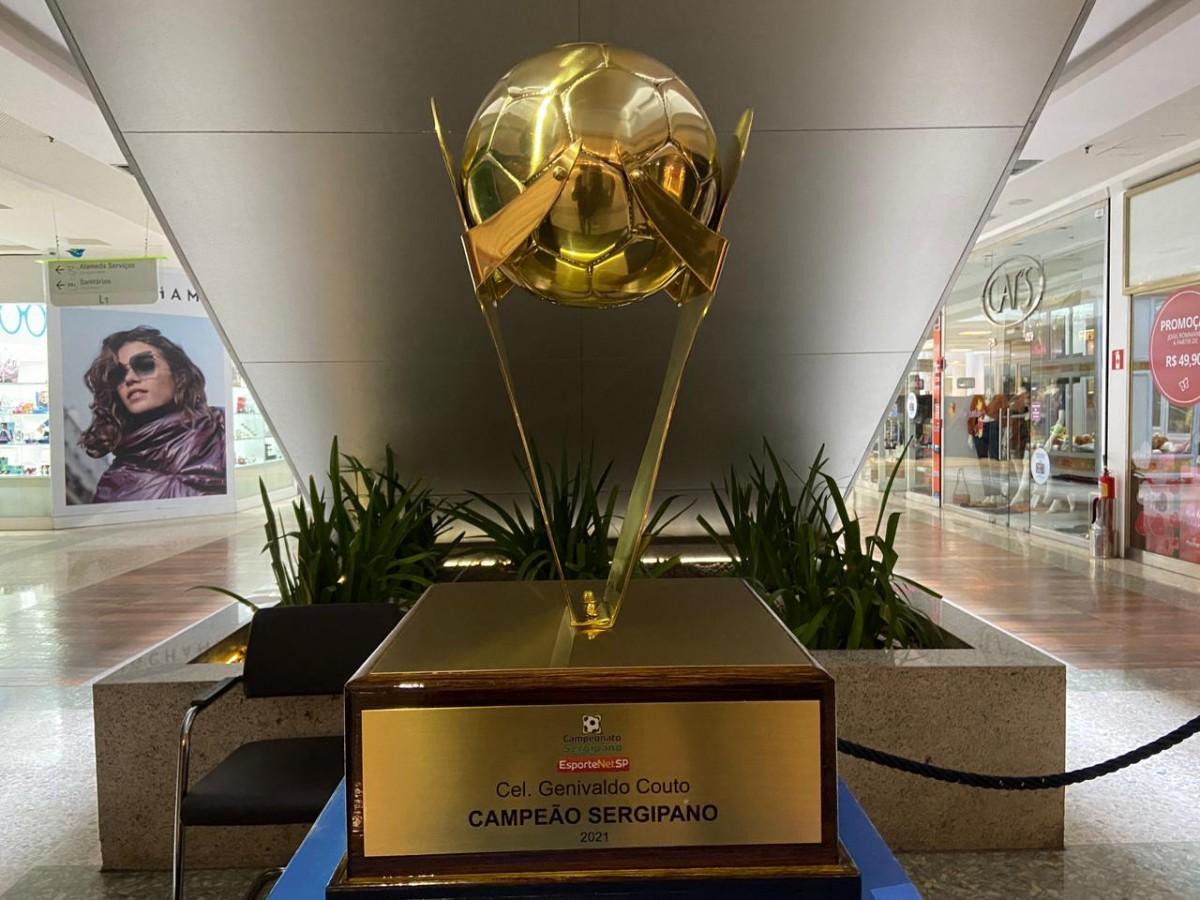 """Taça do campeonato """"Sergipão EsporteNetSP"""" encontra-se em exposição no RioMar Aracaju (Foto: Divulgação)"""