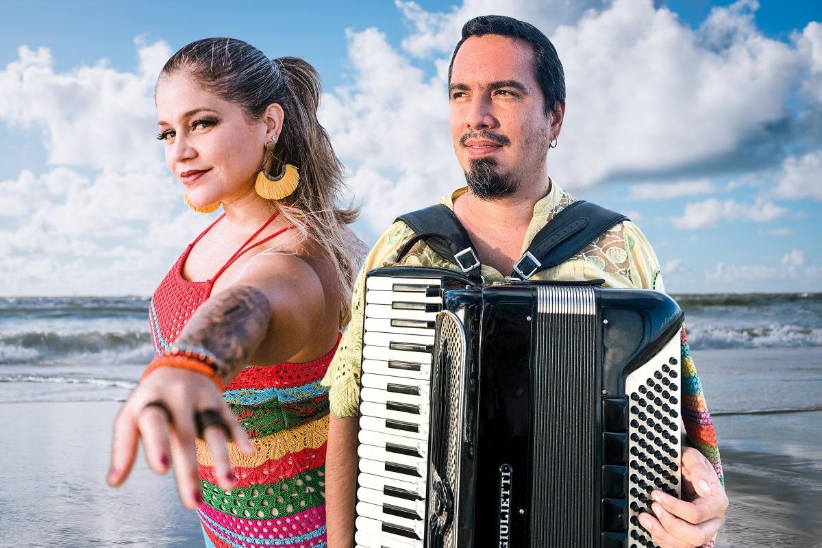 Rebecca Melo comemora chegada de Junho lançando feat com Lucas Campelo (Foto: Divulgação)