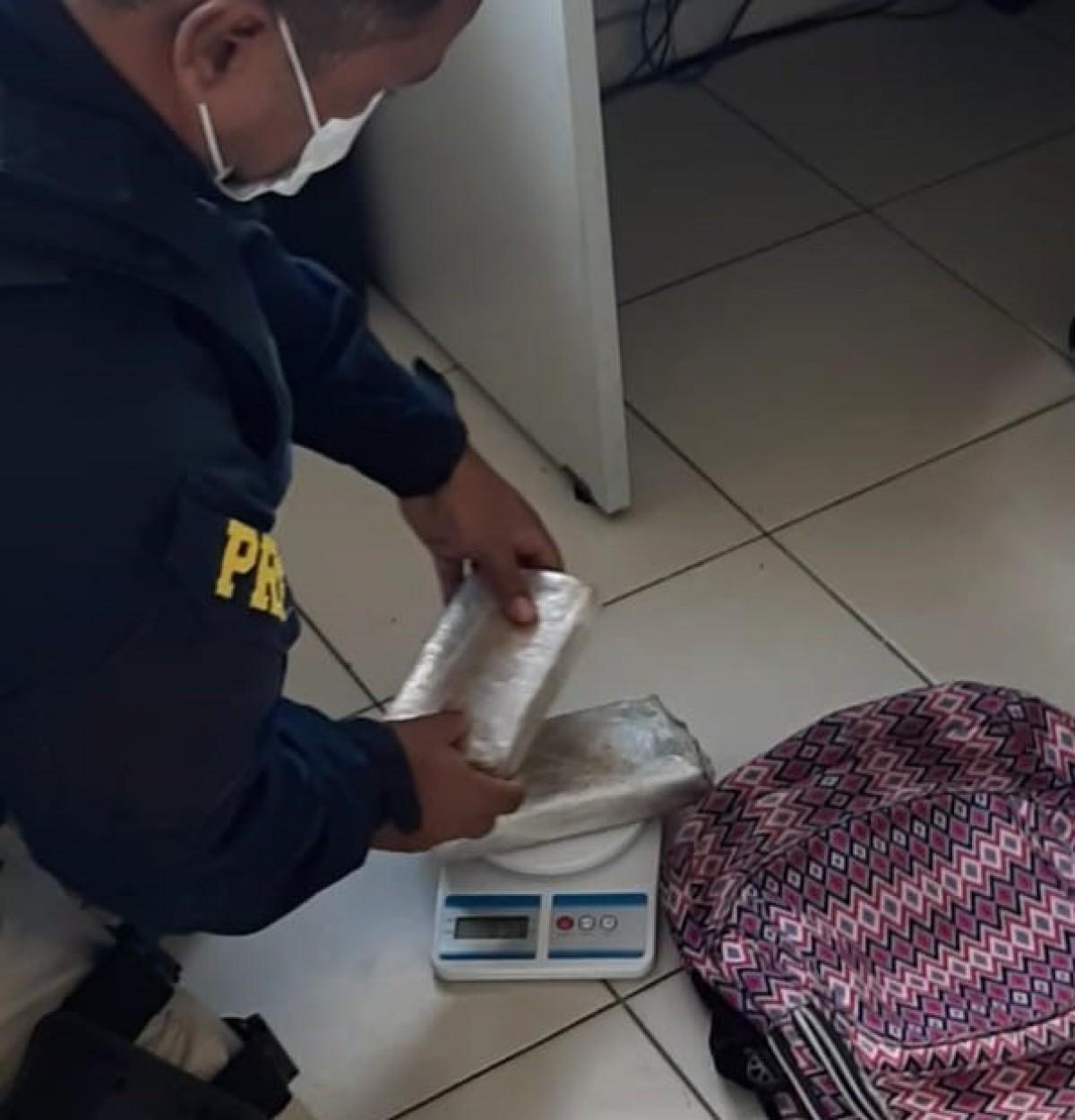 Sergipe: Durante fiscalização em ônibus, PRF localiza tabletes de maconha em mochila de passageiro (Foto: PRF/SE)