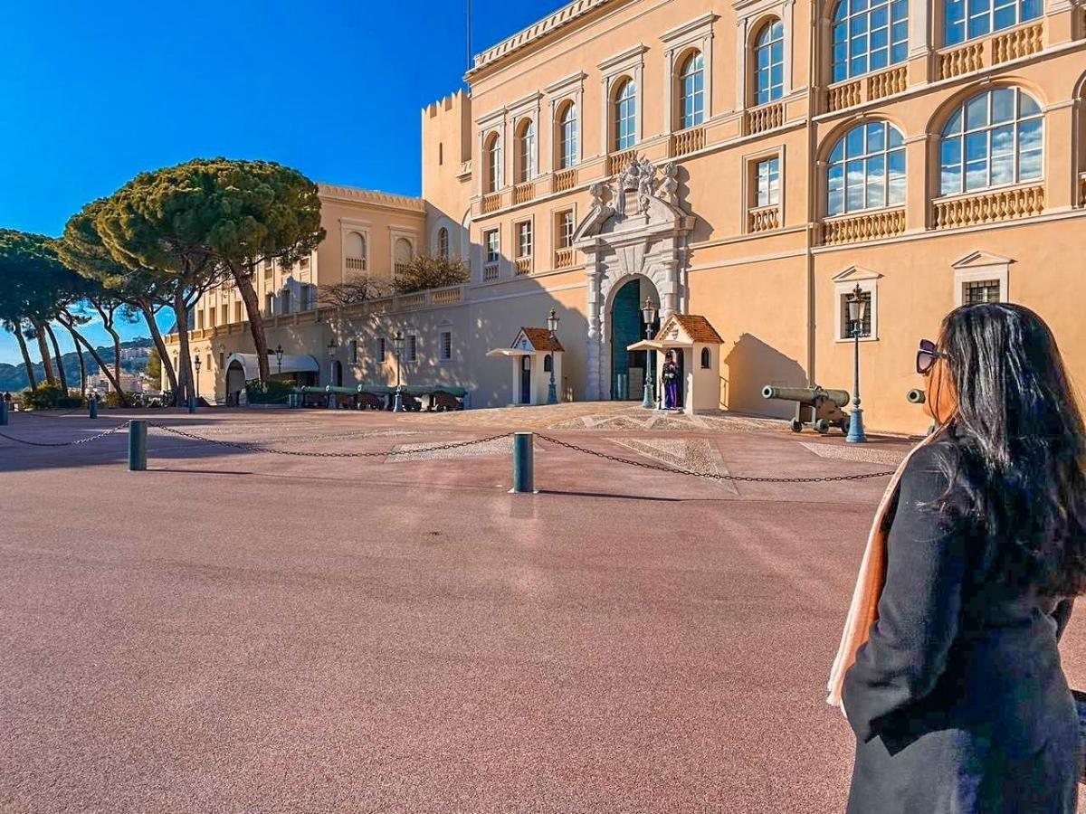 O Palácio de Grimaldi, onde hoje mora o príncipe Alberto II. Ele é filho do príncipe Rainier III a quem sucedeu, e de sua esposa, a atriz americana Grace Kelly, famosa pelos filmes de Hitchcock. Ela abandonou a carreira para ser a princesa de Mônaco (Foto: Carla Passos)