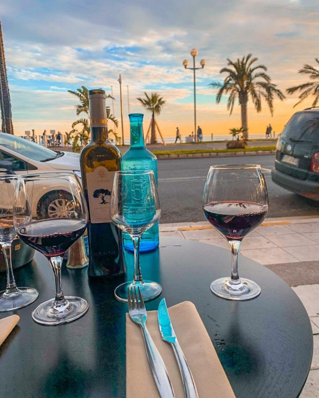 Não é das melhores fotos, mas representa um momento delicioso à beira mar quando chegamos em Nice (Foto: Carla Passos)