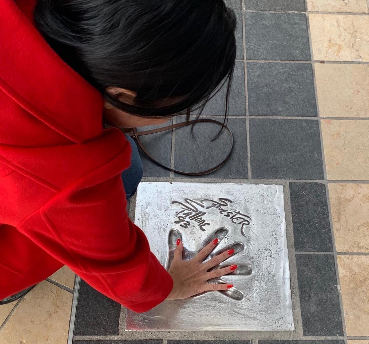 Vejam o tamanho da mão do Stalone, na Calçada da Fama (Foto: Carla Passos)