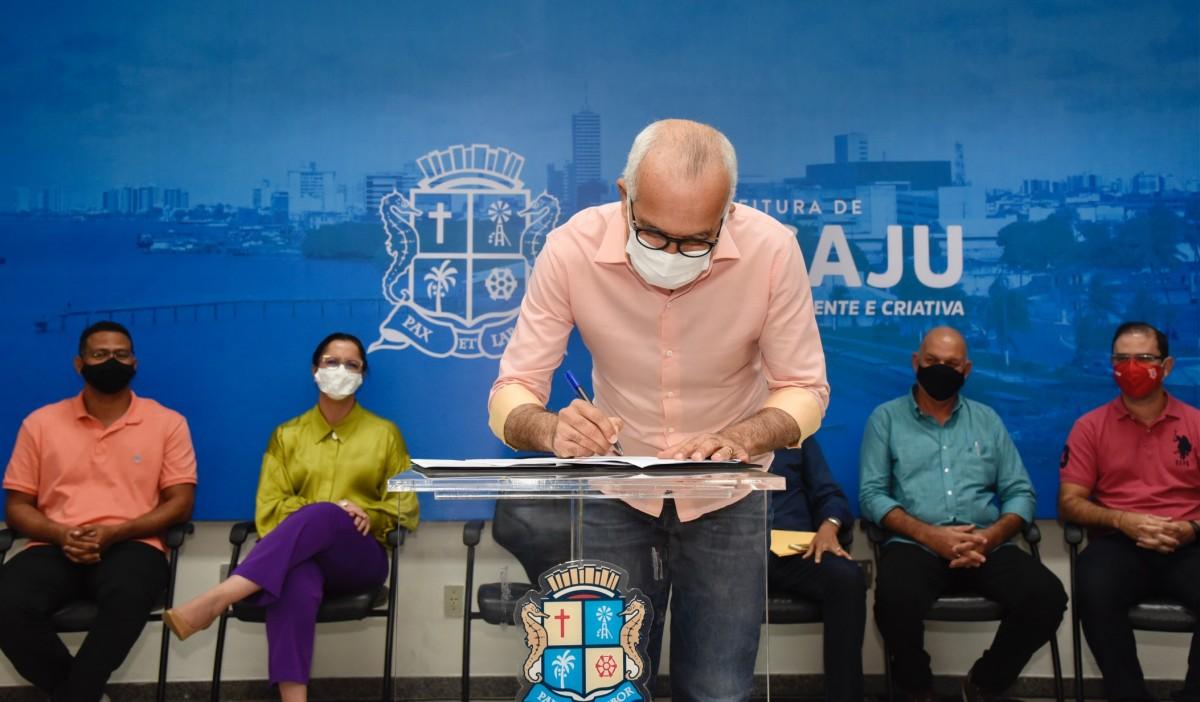 Prefeito Edvaldo assina Termo de Fomento para repasse de R$ 200 mil ao Sergipe e Confiança (Foto: Ana Lícia Menezes/ PMA)