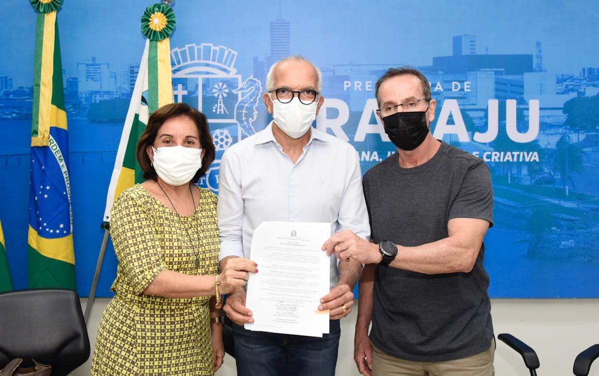 Prefeito Edvaldo sanciona lei para concessão de auxílio aos professores da rede municipal (Foto: Ana Lícia Menezes/ PMA)