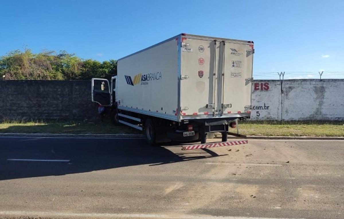 Caminhão colide no muro do Aeroporto de Aracaju (Foto: Portal Infonet)
