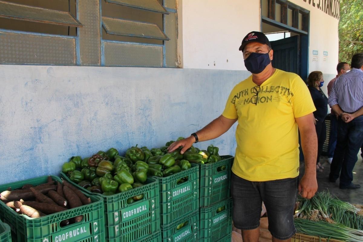 Pedro Feitosa, irrigante do perímetro Califórnia que participa do PAA Estadual (Foto: Fernando Augusto/ Cohidro/SE)