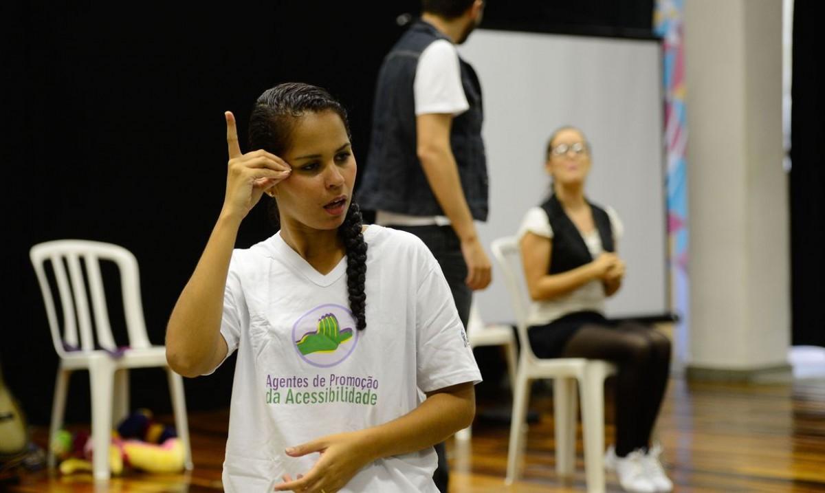Surdos defendem Libras como segundo idioma oficial do Brasil (Foto: Fernando Frazão/ Agência Brasil)