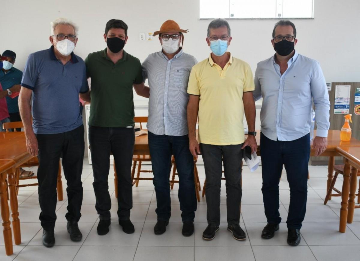 Laércio Oliveira discute com produtores do alto sertão sergipano a construção do Canal Xingó (Foto: Site Laércio Oliveira)