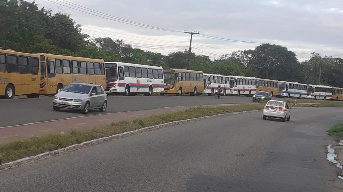 Ônibus estão paralisados em frente a empresa (Foto: Grupo Pé Embaixo)